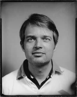 Arne portraitiert und fotografiert auf S/W Glasplatte auf Gelatine basis von Valery Kloubert, Köln