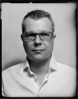 Oliver portraitiert und fotografiert auf S/W Glasplatte auf Gelatine basis von Valery Kloubert, Köln
