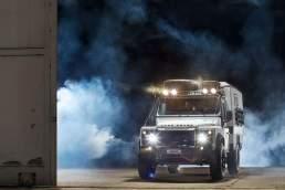 Matzker Land Rover Autofotografie. Der Defender inszeniert von Valery Kloubert in einem Flugzeughangar in Köln