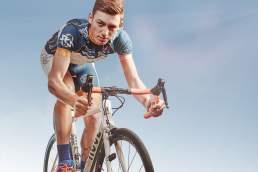 Sportfotograf Köln: Radrennfahrer des Team Sauerland NRW im Studioportrait. Foto: Valery Kloubert