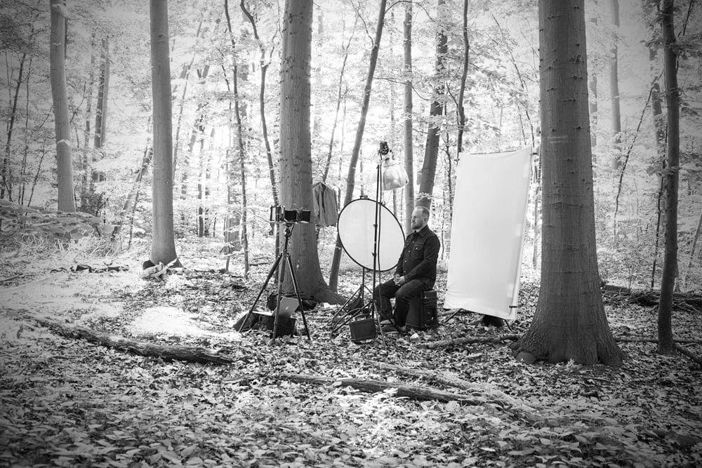 Philip Simon Kabarettist. Making of des Glaspaltten / Dryplate Portraits von Valery Kloubert in einem Kölner Wald.