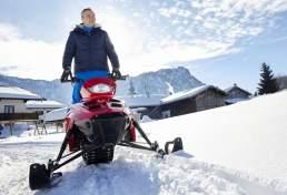 Vodafone CEO Hannes Ametsreiter fährt elektro Ski-Doo in Inzel im Schnee. Fotografie: Valery Kloubert, Köln