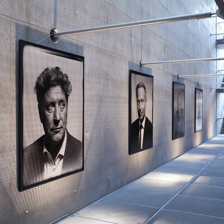Meinungsbilder Portraits von Prominenten zugunsten der DKMS im Innside am Seestern in Düsseldorf. Fotokunstaustellung