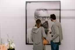 Finissage der Meinungsbilder Ausstellung mit Glasplattenportraits in Köln von dem Fotografen Valery Kloubert